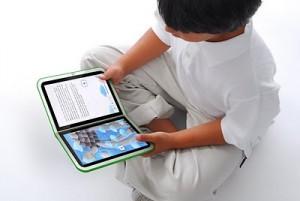 Menino lendo e-book no Ipad